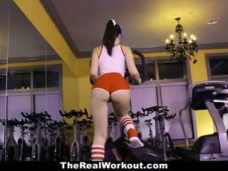 Teamskeet horký dospívající fucked během tělocvična cvičení