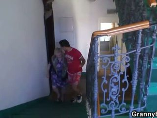 Granny is banged by an young pickuper