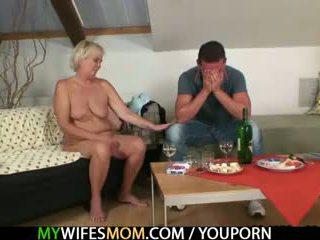 E tij bashkëshorte comes në dhe sees atë qirje të saj i vjetër mami