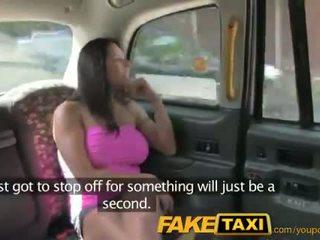 Faketaxi 섹시한 미국 사람 falls 용 늙은 taxi 비결