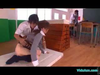 Pelajar putri licked dan fingered lain gadis mengisap kontol di itu ruang kelas