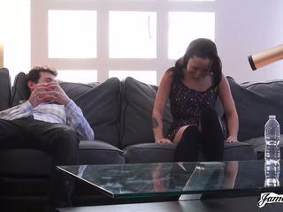 Jamesdeen com - pequeñita negra amateur en casting sillón
