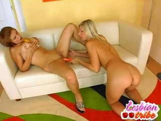 Horký lesbičky sluts dát dildo v jejich prdel pro někteří anální potěšení