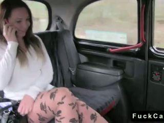 Mainit puwit buhok na kulay kape fucked sa publiko fake taxi