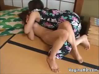 甘い アジアの 女の子 orgasms のために ザ· 最初の 時間