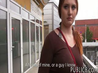 Uriaș balcoane ceh fata inpulit în autobus stop pentru unele bani