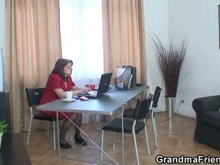 סבתא ו - boys נוער שלישיה ב the משרד