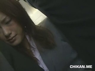 Businessgirl nahmatané podľa stranger v a crowded vlak