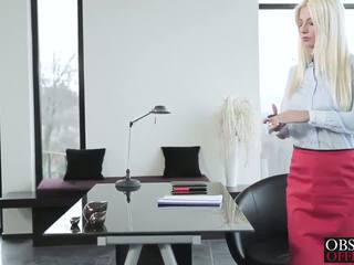 Het blondin jessie volt bends över vid den kontors för en facial