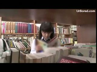 Koulutyttö porattu mukaan kirjasto geek 01