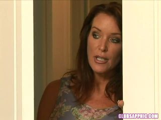 Rachel steele walks i på elexis monroe som hun changes til gå ut en steamy encounter ensues