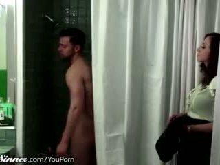 Мачуха waits для син в the душ