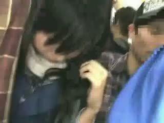 Κορίτσι του σχολείου χουφτωμένος/η με stranger σε ένα crowded τρένο 08