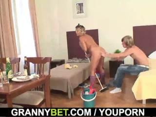 清潔的 成熟 女人 rides 他的 硬 meat
