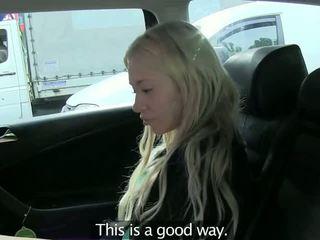 Blondine geneukt leaned op achterbank in fake taxi