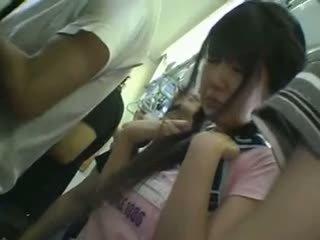 Skirt mini gadis sekolah meraba dalam keretapi