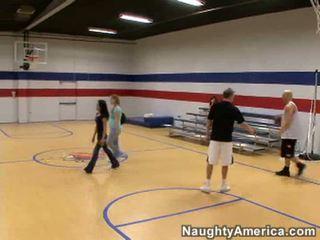 Kaakit-akit buhok na kulay kape woman play basketbol at sucks guys sa court