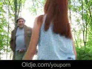 Vieux perv fucks une fiery rousse en la forêt