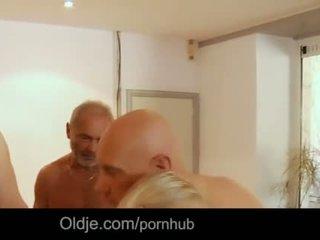 Seven grandpas gabg bangs सेक्सी युवा ब्लोंड पर एक मिलना