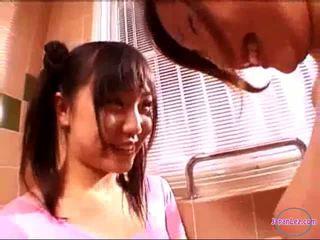 2 lányok -ban aerobic ruha csókolózás rubbing cicik -ban a fürdőszoba