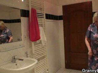 Голям бюст блондинки бабичка pleases му след душ