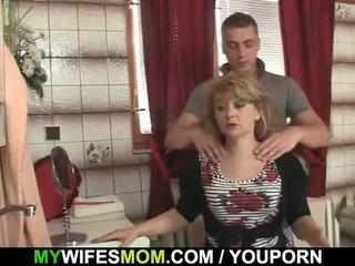 Viņš cheats ar karstās mother-in-law