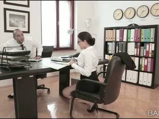 巨乳 孩儿 valentina nappi 办公室 他妈的