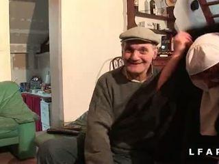 Une vieille nonne baisee et sodomisee par papy et oğul pote