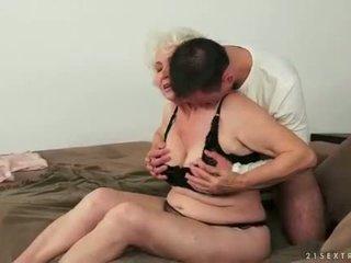 Mladý člověk loves busty tuk chlupatý babičky