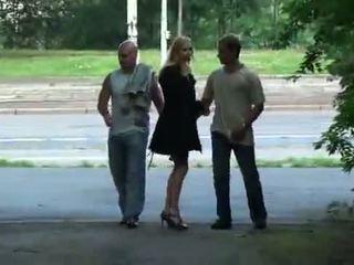 Julie silver 과 그녀의 삼인조 섹스 에 a park