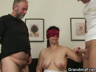 Joven hombre joins viejo pareja