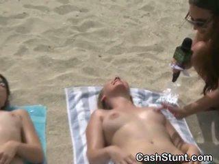 Dekleta dobili nag v stunt na plaža