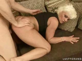 いたずらな おばあちゃん enjoys ハード セックス
