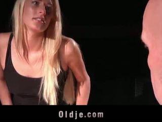 युवा चीटिंग वाइफ हॉर्नी के लिए डीपथ्रोट cumhot fucks bald पुराना आदमी पर घर <span class=duration>- 6 min</span>