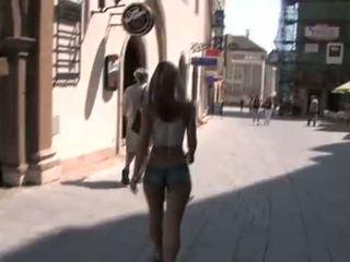 nackt in der öffentlichkeit, exhibitionismus, blondine