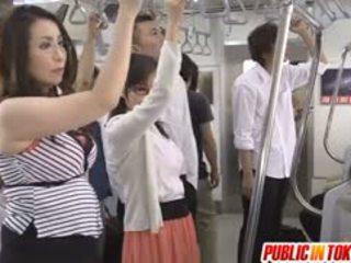 Japonesa av modelo sucks rabo en autobús orgía