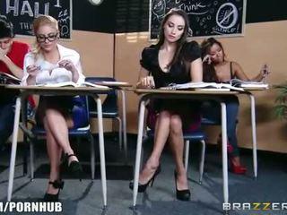 Wondermooi brunette schoolmeisje seduces haar heet blondine classmate