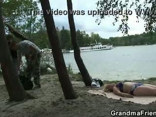 Πολύ γριά γιαγιά και boys έφηβος/η γαμώ outdoors