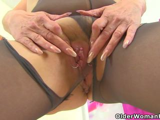 English gilf pandora fucks 她的 pantyhosed 的阴户 同 一