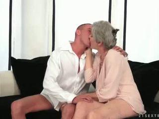Gros seins grand-mère enjoying chaud sexe avec son jeune amour