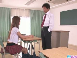 Kiimas aasia koolitüdruk suhuvõtmine ja keppimine