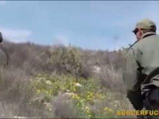 ถุงน่องรัดๆ ละติน kimberly gates gets nailed โดย patrol agent
