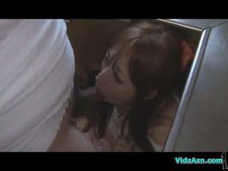 एशियन गर्ल getting उसकी मुंह और पुसी गड़बड़ जबकि standing कम को आस में the किचन