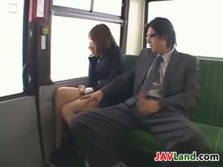 Japoneze vajzë duke thithur kokosh në the autobuz