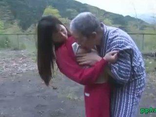 Aziatike vajzë getting të saj pidh licked dhe fucked nga i vjetër njeri spermë në bythë përjashta në