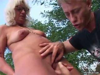 Abuelita al aire libre sexo