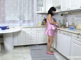 漂亮 & 孕 孩兒 fucks 在 該 廚房
