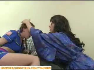 Mamma seducing gutt og tenåring jente scout