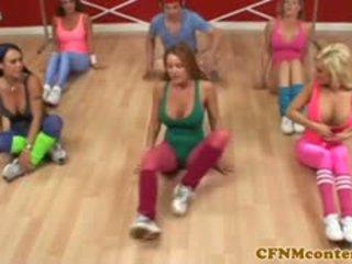 נקבה בלבוש וגברים עירומים ביחד femdoms מאונן זין ב aerobics