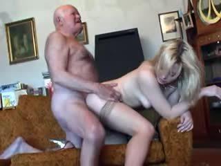 Tua kakek fucks muda rambut pirang